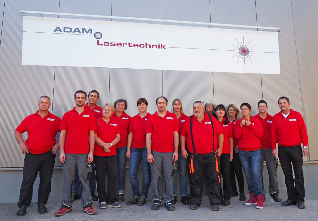 Das Team der Adam GmbH vor der neuen Firmenhalle